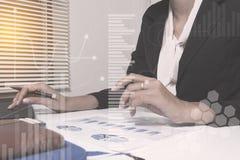 Conseiller en placements travaillant le nouveau bureau de projet de service bancaire aux particuliers image stock