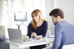 Conseiller financier avec le client photo stock