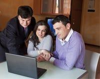 Conseiller financier avec les couples adultes images libres de droits