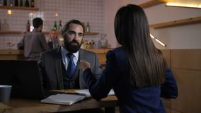 Conseiller financier consultant le client féminin banque de vidéos