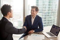 Conseiller financier se présentant au client Photographie stock libre de droits