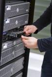 Conseiller informatique Install une unité de disque dur dans le serveur Images libres de droits