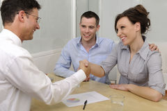 Conseiller ou avocat financier et couples heureux Photographie stock