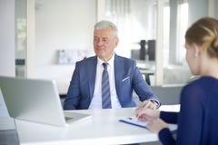 Conseiller supérieur de banque au travail Photo libre de droits