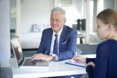 Conseiller supérieur de banque au travail Image stock