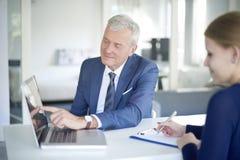 Conseiller supérieur de banque au travail Photographie stock