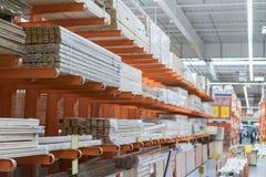 Conseils emballés dans le magasin de bâtiment conseils plats secs empilés ensemble Plan rapproché Matériaux de construction entre images stock