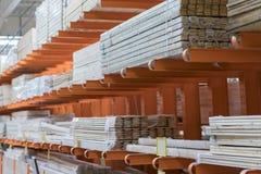 Conseils emballés dans le magasin de bâtiment conseils plats secs empilés ensemble Plan rapproché Matériaux de construction entre photo libre de droits