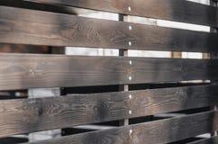 Conseils en bois de brun de barrière avec des lacunes photo stock
