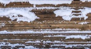 Conseils en bois empilés couverts de neige Photo libre de droits