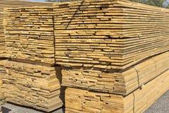 Conseils en bois empilés dans une pile Image libre de droits