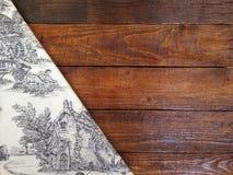 Conseils en bois rustiques avec une nappe de vintage Photos stock