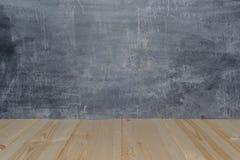 Conseils en bois sur le fond de tableau noir Image stock