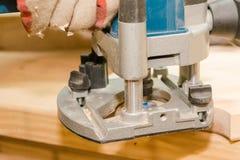 Conseils en bois vue Le charpentier fait le fraser en bois photos libres de droits