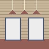 Conseils vides réglés avec des lampes de plafond sur le mur en bois Image stock