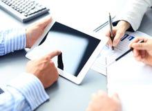 Consejero de negocio que analiza figuras financieras Fotografía de archivo