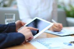 Consejero de negocio que analiza figuras financieras Imagen de archivo