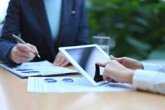 Consejero de negocio que analiza figuras financieras Imagenes de archivo