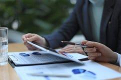 Consejero de negocio que analiza figuras financieras Fotos de archivo
