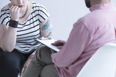 Consejero del apego que habla con la muchacha Foto de archivo libre de regalías