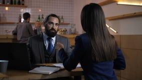 Consejero financiero que consulta al cliente femenino metrajes