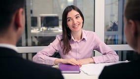 Consejero financiero sonriente que sacude la mano con los pares almacen de metraje de vídeo