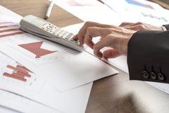 Consejero o banquero de negocio que hace cálculos Imagen de archivo libre de regalías