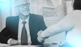 Consejero que sacude la mano con el cliente después de firmar un contrato, luz ilustración del vector