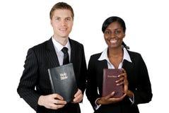 Consejeros cristianos que sostienen las biblias Foto de archivo libre de regalías