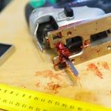 Consejo de seguridad mientras que actúa las herramientas eléctricas Fotos de archivo