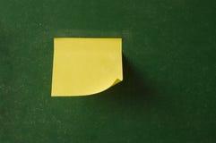 Consejo escolar con el papel de nota del recordatorio Imagen de archivo libre de regalías