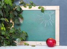 Consejo escolar, manzana roja, hojas del verde Principio del año escolar 1 de septiembre, estudio, entrenamiento, escuela Fotos de archivo