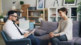 Conselheiro que fala com o paciente no escritório que dá o conselho durante a nomeação vídeos de arquivo