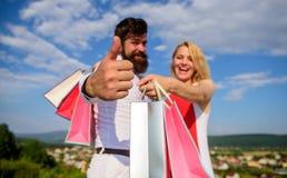 Conselho a comprar agora Clientes felizes da família Os pares no amor recomendam a estação de compra do disconto da venda do verã fotos de stock