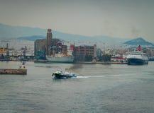 Conseptual die van het schip wordt geschoten dat de haven de andere schepen en de beveltoren, in een bewolkte dag met kalme overz royalty-vrije stock foto
