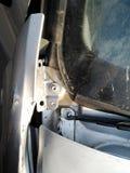 Consequências de um acidente de trânsito Carro ferido imagens de stock royalty free