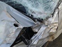Consequências de um acidente de trânsito Carro ferido fotografia de stock