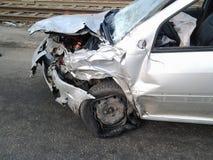 Consequências de um acidente de trânsito Carro ferido fotos de stock