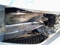 Consequências de um acidente de trânsito Carro ferido foto de stock royalty free