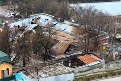 Consequências do fogo Uma construção com um telhado desmoronado Fotos de Stock Royalty Free
