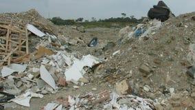 Consequências mortais do acidente Sobras das casas destructed empilhadas no lugar do acidente video estoque