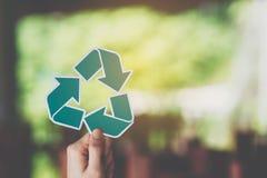 a conservação ambiental do conceito de salvaguarda da ecologia do mundo com as mãos que guardam o papel cortado recicla a exibiçã foto de stock