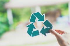 a conservação ambiental do conceito de salvaguarda da ecologia do mundo com as mãos que guardam o papel cortado recicla a exibiçã foto de stock royalty free