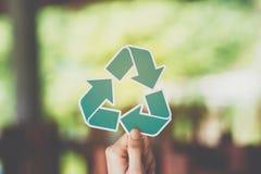 a conservação ambiental do conceito de salvaguarda da ecologia do mundo com as mãos que guardam o papel cortado recicla a exibiçã imagem de stock royalty free