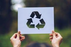 a conservação ambiental do conceito de salvaguarda da ecologia do mundo com as mãos que guardam o papel cortado recicla a exibiçã imagens de stock