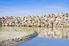 Conservando la parete del frangiflutti costruita con i massi di pietra immagine stock libera da diritti
