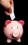Conservando vinte euro no banco piggy Fotografia de Stock