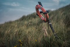 Conservante de vida en la playa de Bamburgh Imagenes de archivo