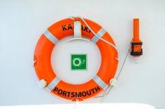 Conservante de vida na parede branca Boia de vida na plataforma do navio de cruzeiros Fotos de Stock
