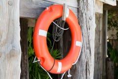 Conservante do boia salva-vidas ou de vida que pendura na cabine do salvamento Fotos de Stock Royalty Free